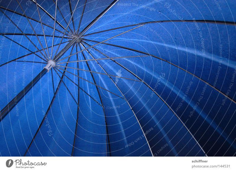 den lass ich hier... Hand blau Regen Beleuchtung Wetter nass T-Shirt Regenschirm festhalten Sonnenschirm Gewitter feucht Blauer Himmel strahlend Tiefdruckgebiet