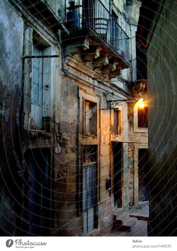 Geheimnisvolle Gasse Haus Lampe dunkel Wand Fenster Stein Wege & Pfade Beleuchtung Architektur Wohnung Tür Fassade Trauer Treppe Ecke Romantik