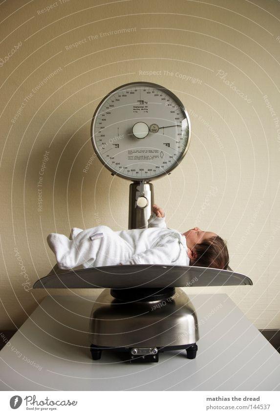 3570 GRAMM Baby Nachkommen Ganzkörperaufnahme liegen wiegen Waage 1 1 Mensch einzeln neugeboren