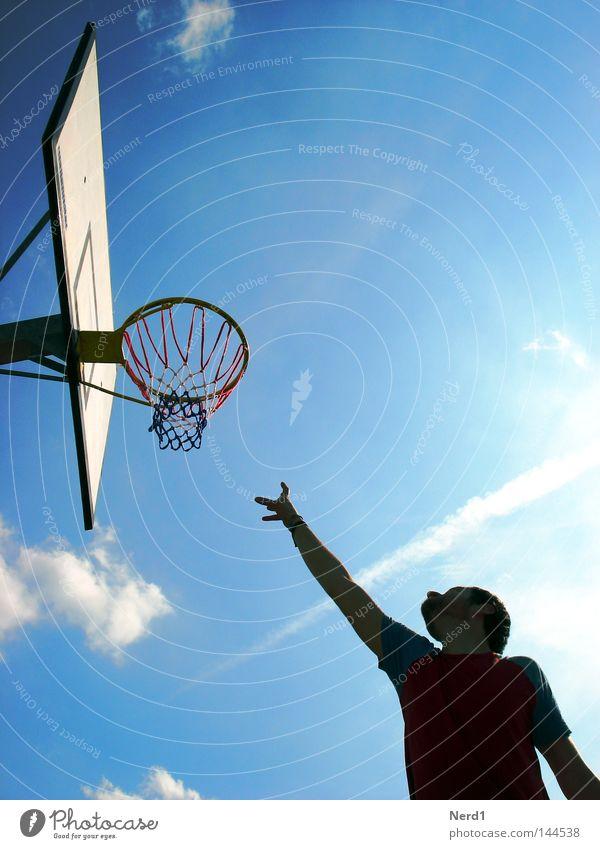 Unerreichbar Himmel Mann Hand blau Sonne Wolken Sport Spielen Arme Schönes Wetter aufwärts greifen Blauer Himmel Basketball Erreichen Basketballkorb