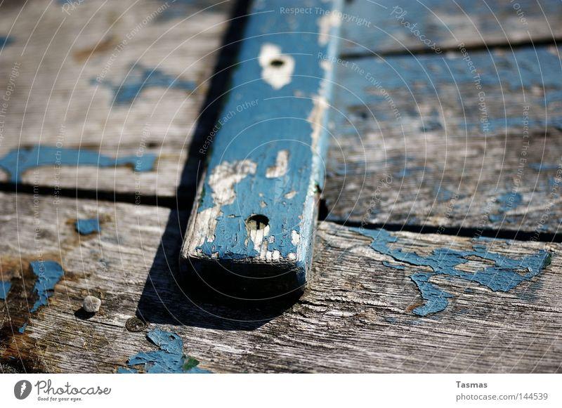 Planke Wasserfahrzeug Holz alt Schiffsplanken Holzbrett Anstrich Farbe Farben und Lacke blau Verfall Zahn der Zeit Wetter Detailaufnahme Meer Spuren der Zeit