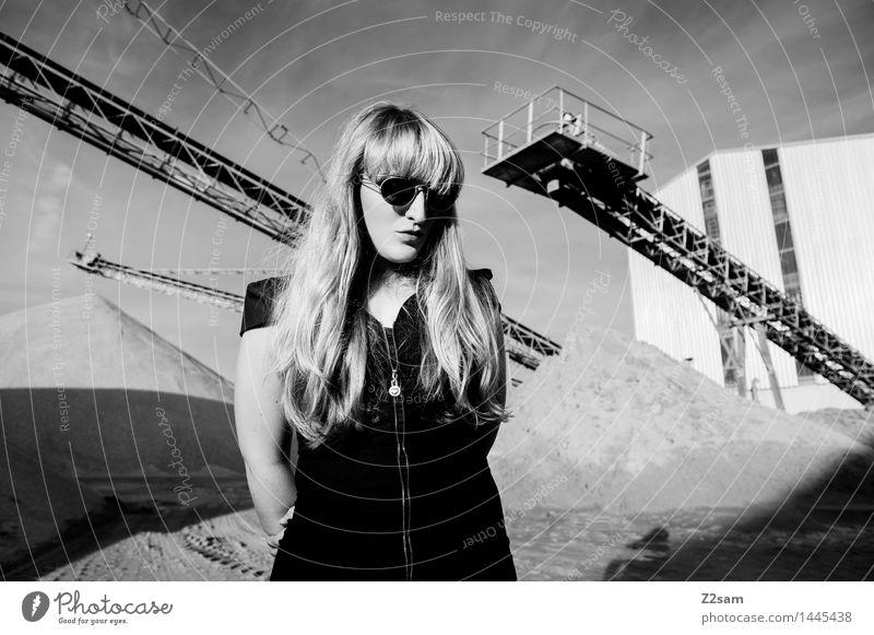 Biste Mode? Lifestyle elegant Stil schön Maschine feminin Junge Frau Jugendliche 18-30 Jahre Erwachsene Industrieanlage Fabrik T-Shirt Sonnenbrille blond
