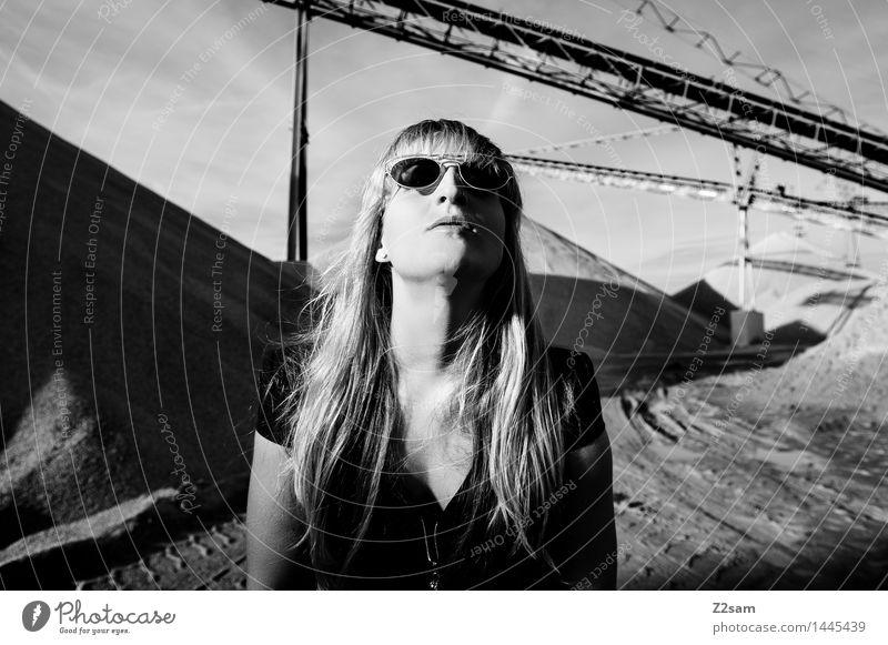 Biste Mode? Jugendliche schön Junge Frau 18-30 Jahre dunkel Erwachsene Architektur feminin Stil Lifestyle elegant blond Kommunizieren Coolness Kleid