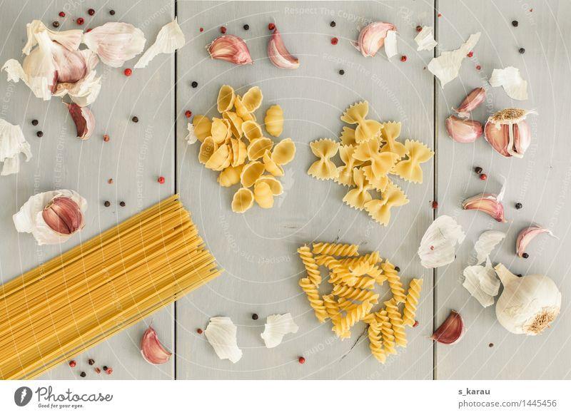 Pasta Lebensmittel Nudeln Ernährung Mittagessen Abendessen gelb grau genießen Farfalle Knoblauch Knoblauchzehe Essen Pfeffer Spaghetti Kräuter & Gewürze