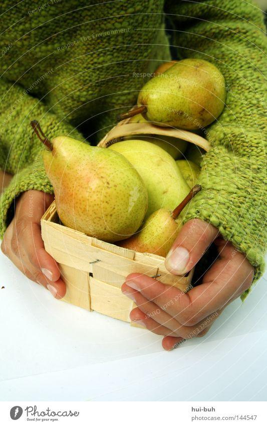 Birnenmädchen   . Korb Hand Mensch grün Herbst Frucht Natur frisch lecker Geschmackssinn Gesundheit Zufriedenheit harmonisch Ernährung Lebensmittel Schornstein