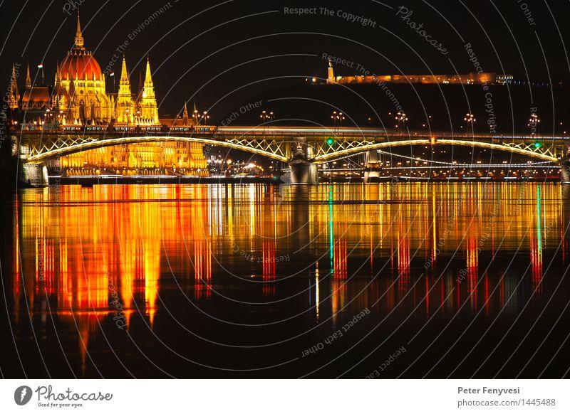 Abstrakte Reflexionen Fluss Budapest Ungarn Europa Hauptstadt Menschenleer Brücke Turm Wasser ästhetisch glänzend historisch Stadt Wärme gelb gold rot ruhig