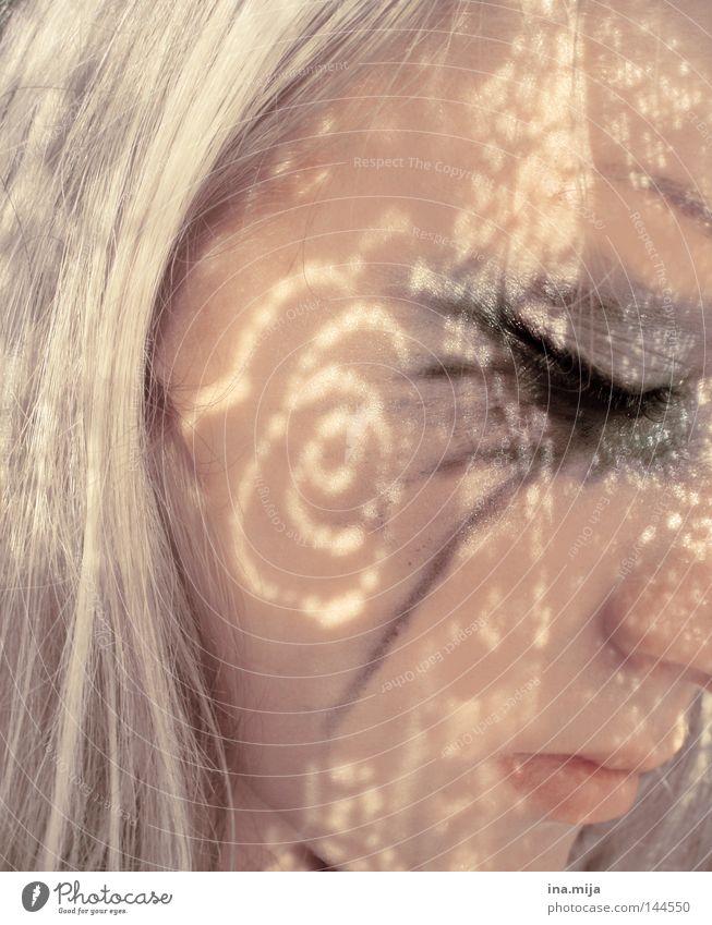 Schattenseiten des Lebens Frau Jugendliche schön ruhig Erholung Erwachsene Gesicht Auge Gefühle Haare & Frisuren Traurigkeit Denken träumen Stimmung blond ästhetisch