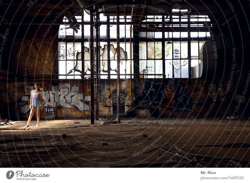 gekommen um zu bleiben feminin Junge Frau Jugendliche Industrieanlage Fabrik Ruine Fenster dreckig lost places Graffiti Halle Lichtpunkt Kulisse Zerstörung
