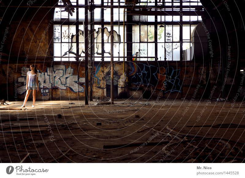 gekommen um zu bleiben Jugendliche Junge Frau Einsamkeit Haus dunkel Fenster Graffiti feminin Gebäude Lifestyle außergewöhnlich Mode Häusliches Leben dreckig