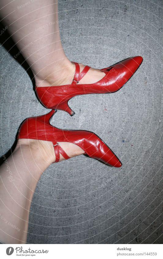 red shoes Frau rot Freude Erwachsene Beine Stimmung Mode Fuß Feste & Feiern Arbeit & Erwerbstätigkeit Schuhe Tanzen elegant Haut hoch Tanzveranstaltung