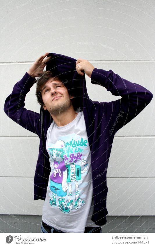 regen in sicht ? Regen Kapuze violett Mann Wand grau stur Straßenkunst Stil planlos Blick anziehen T-Shirt Freude sinnlos Bart kalt Coolness Erdbeeren