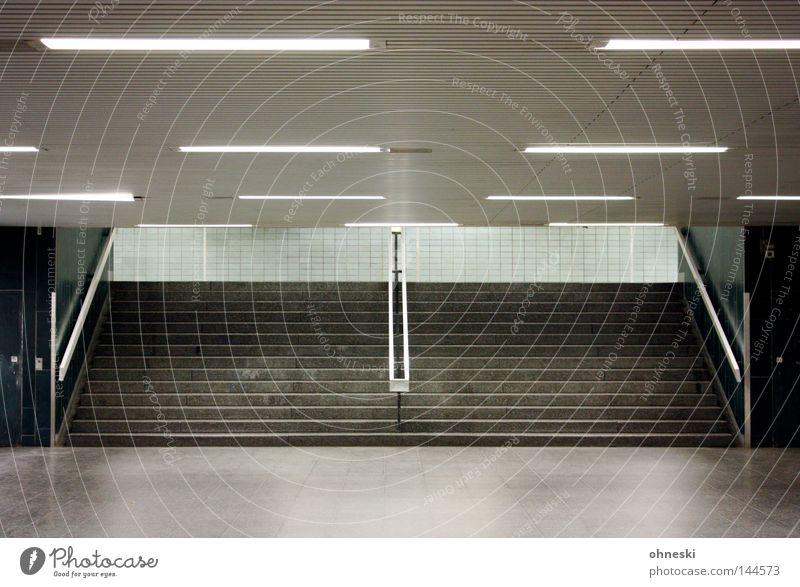 Unterwelt Einsamkeit kalt grau Köln Beton leer Treppe Fliesen u. Kacheln verfallen Station U-Bahn Theater silber Geländer Neonlicht Treppengeländer