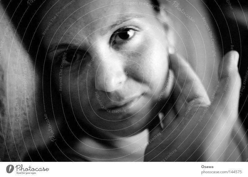 Zuhause Frau feminin Porträt Gesicht Hand Wange berühren zart Vertrauen vertraut Wohnung