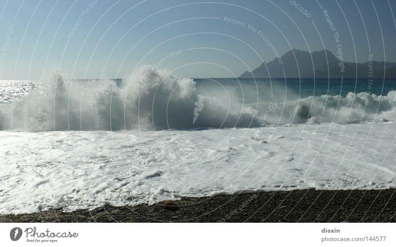 Brandung Wasser Himmel Meer blau Strand Ferien & Urlaub & Reisen Erholung Landschaft Küste Wellen Insel Reisefotografie Frankreich Kies Landschaftsformen