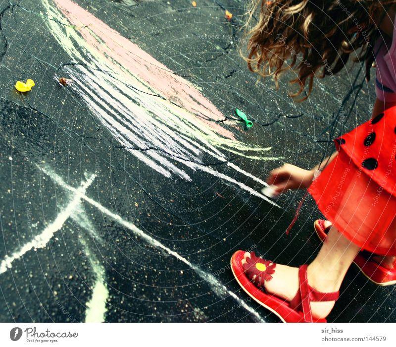 54.000 Strahlen hat die Sonne Kinderspiel Spielen Strahlung Schuhe rot Kleid Mädchen Freude schön Glück Kreide Regen Straße Malkreide Straßenmalkreide streichen