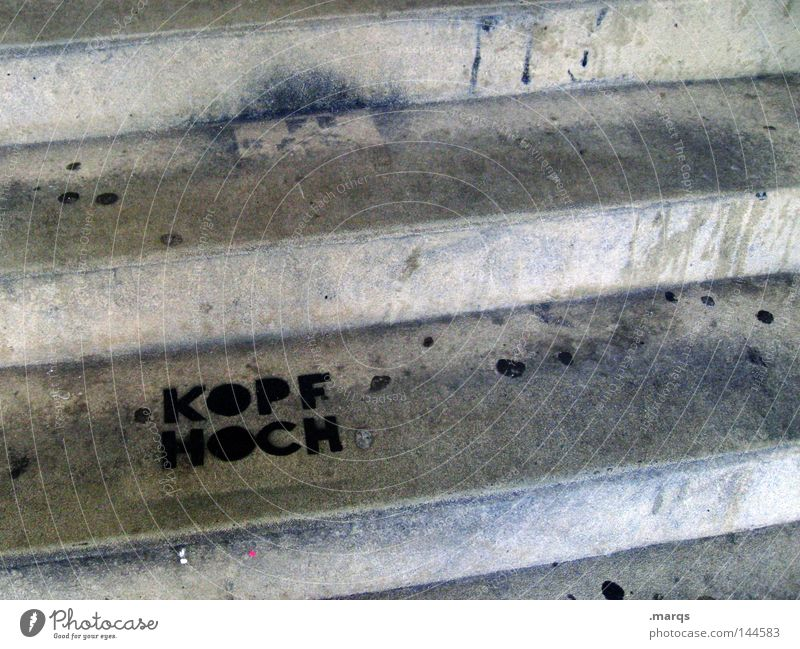 Kopf hoch grau Graffiti dreckig Treppe Kommunizieren Schriftzeichen verfallen positiv Wort Redewendung Wandmalereien Zustimmung