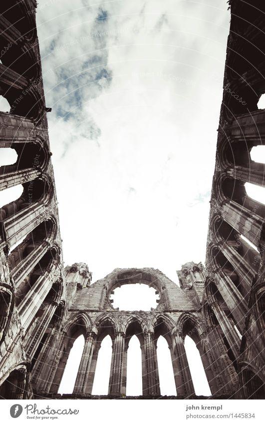 Lass dich umarmen dunkel Architektur Religion & Glaube Tod Fassade elegant Kirche Perspektive Kultur groß Vergänglichkeit kaputt bedrohlich historisch
