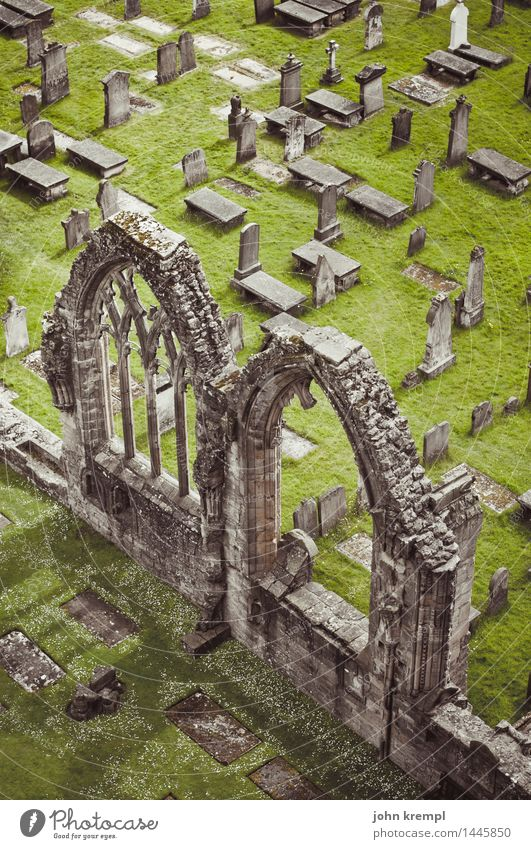 Gotiklego dunkel Wand Religion & Glaube Traurigkeit Mauer Tod Fassade Kirche Perspektive Kultur Vergänglichkeit kaputt historisch Wandel & Veränderung Trauer Bauwerk