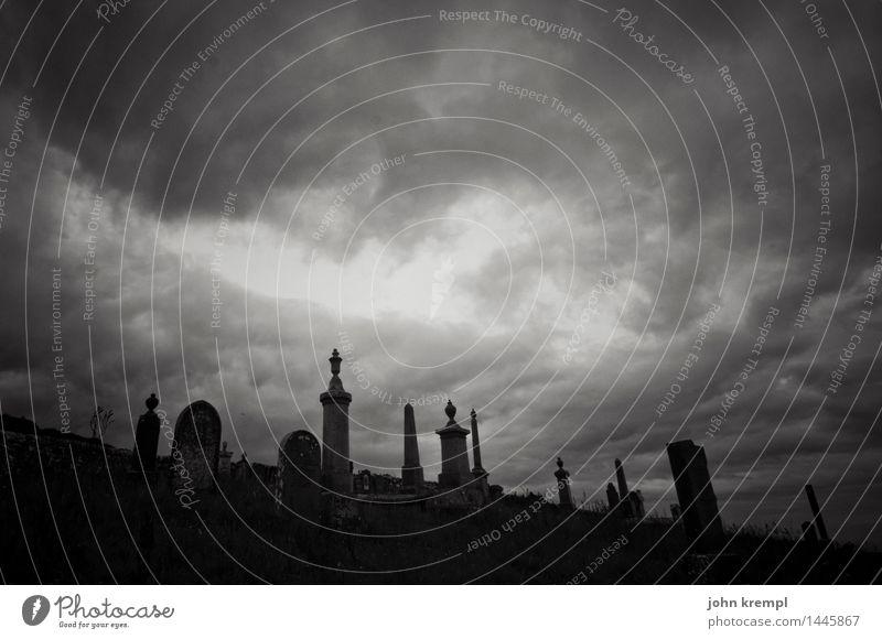 It's not dark yet, but it's getting there Wolken Schottland Friedhof bedrohlich dunkel historisch Romantik Mitgefühl Güte Hoffnung Traurigkeit Trauer Tod