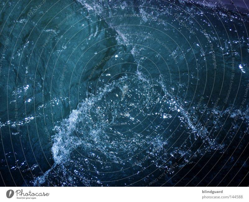 Der kleine Wassermann spritzen Verzerrung fließen frisch Sommer nass feucht Flüssigkeit Spielen Freude Planschbecken Schwimmbad Jahreszeiten Physik mehrfarbig