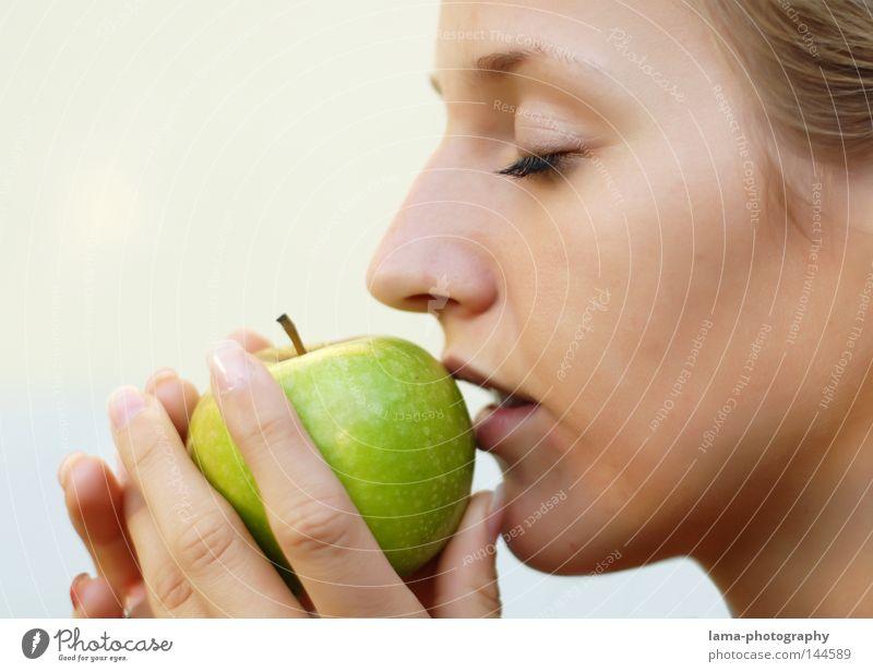 senses Apfelbaum grün Lebensmittel Vitamin Vitamin C lecker Ernährung Geschmackssinn frisch berühren Frau Porträt Lippen Hand Sinnesorgane Küssen Zärtlichkeiten