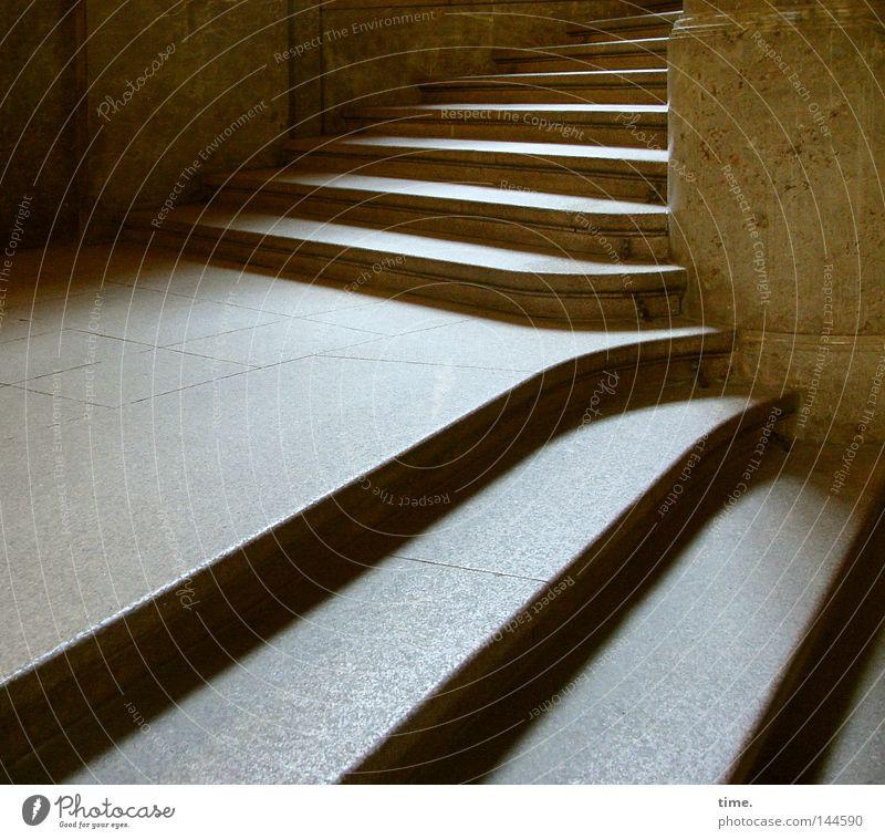 Stufen der Entscheidung oben Stein hell Architektur hoch Treppe rein Bauwerk tief aufwärts Geometrie abwärts Treppenhaus Symmetrie