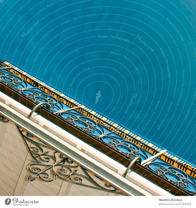 Balkon Markise verschönern Edelstahl Froschperspektive Wohnung Einfamilienhaus Dach wohnlich Erholung Feierabend genießen Luft Reichtum Sommer sommerlich
