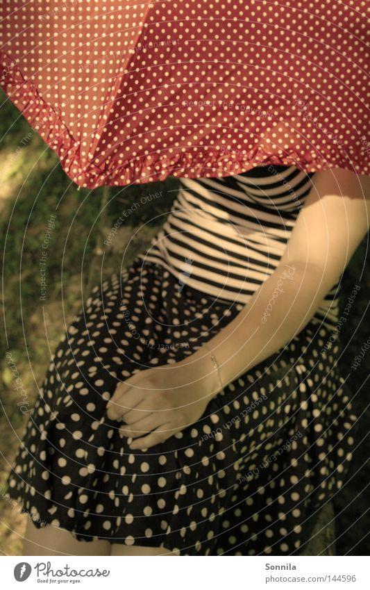 50er Jahre Romantik Frau Natur weiß rot Sommer schwarz Erwachsene Erholung Linie Bekleidung rund Punkt Regenschirm Rock verstecken