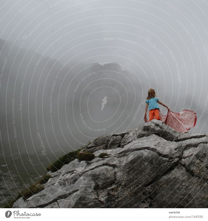 ritual Mensch Frau Natur Berge u. Gebirge Bewegung Stein Nebel Aktion Wind Perspektive Aussicht geheimnisvoll Konzentration Moos bezaubernd mystisch