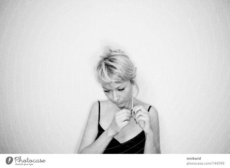 Einsamkeit Frau Schwarzweißfoto Hand Wand Trauer Verzweiflung blond Hände nachdenklich
