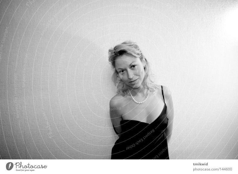 Einsamkeit 2 Frau Hals Kleid schwarz blond Lächeln