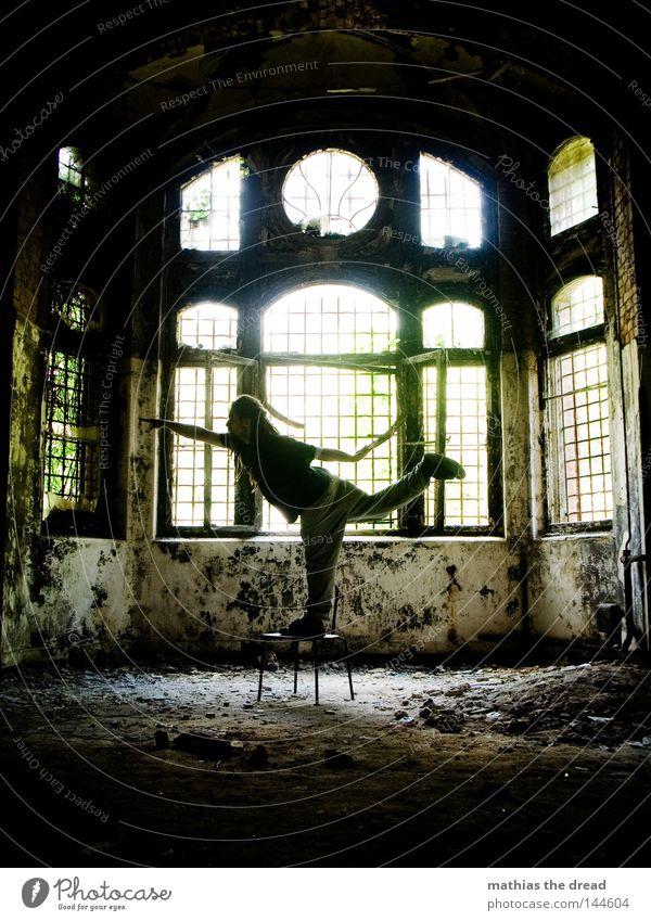 INNERE BALANCE Mensch Mann Jugendliche alt schön Sonne Einsamkeit ruhig Fenster dunkel Tod Wand lustig Beine Denken Lampe
