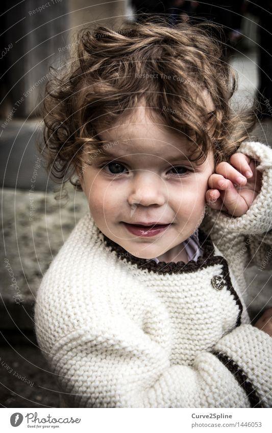 Etwas schüchtern ... Mensch feminin Kind Kleinkind Mädchen Kindheit 1 1-3 Jahre Locken schön Müdigkeit Tracht Schüchternheit verlegen Haare & Frisuren Farbfoto