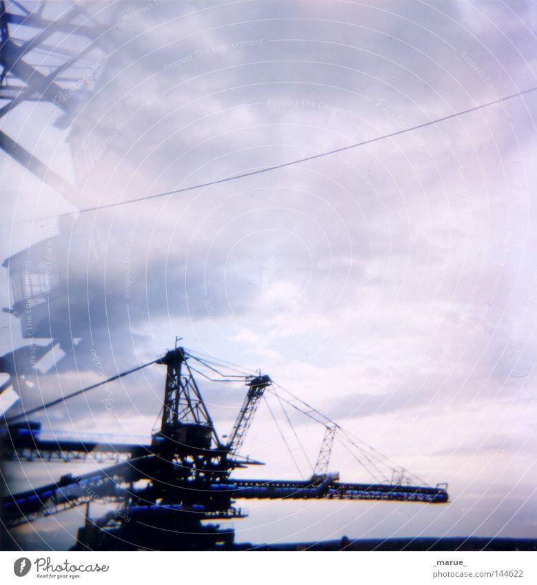 Stadt aus Eisen Himmel weiß blau schwarz Wolken Lampe grau Beleuchtung Konzert Holga Festspiele Kran Osten Musikfestival Bagger Schaufel