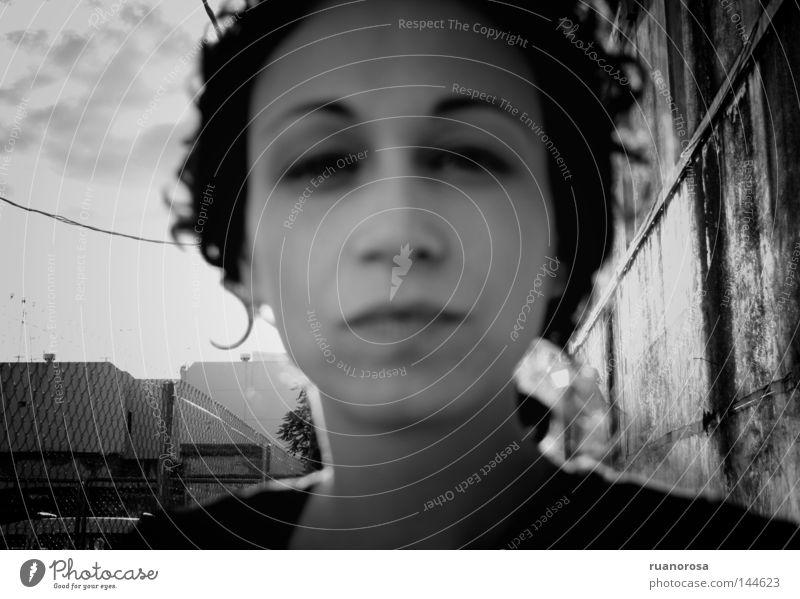Noeyes Frau Gesicht Behaarung Haare & Frisuren Licht Schwarzweißfoto Jugendliche Junge Frau Außenaufnahme Frauengesicht Porträt Anschnitt Unschärfe