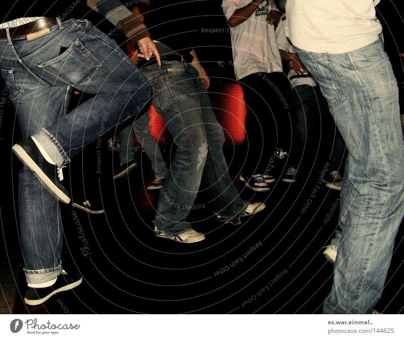 move. Mensch Mann Jugendliche Freude Bewegung Musik Fuß Freundschaft Schuhe Beine Tanzen Zusammensein Feste & Feiern Erwachsene maskulin Coolness
