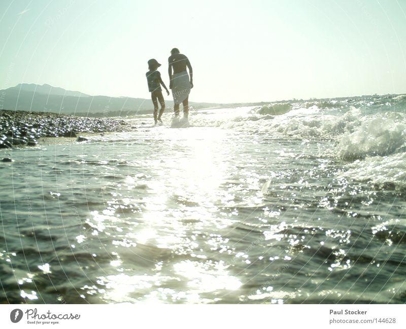 Meer Frau Mensch Kind Wasser Mädchen Sonne Sommer Strand Stein See Küste Wellen Wassertropfen Fröhlichkeit Mutter