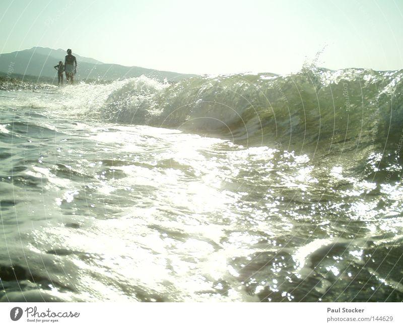 Welle Frau Mensch Kind Wasser Mädchen Sonne Meer Sommer Strand See Küste Wellen Wassertropfen Fröhlichkeit Mutter Fluss