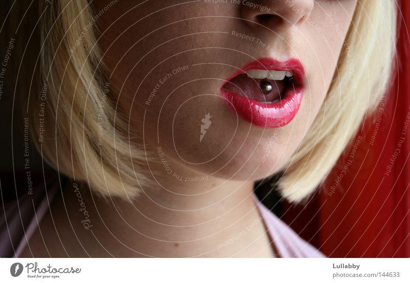 Piercing rot blond Haare & Frisuren Kinn Frau Zungenpiercing Mund Lippen Gesicht Bob Nase Zähne
