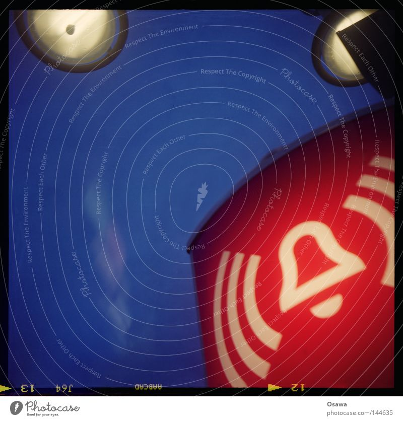 (( Q )) Himmel blau rot Lampe Beleuchtung Wellen Schilder & Markierungen verrückt Zeichen Laterne U-Bahn Hinweisschild Bahnhof Symbole & Metaphern Warnhinweis
