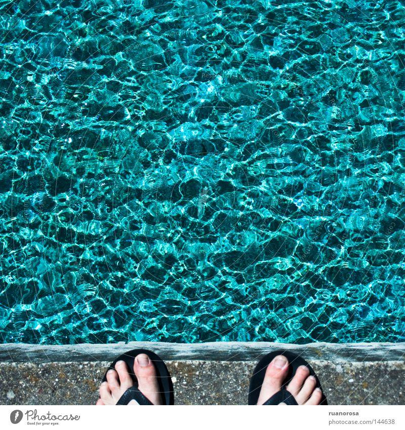Wasser blau Fuß Wellen Finger Brücke Flüssigkeit Brunnen Teich Durst Springbrunnen Wasserfontäne