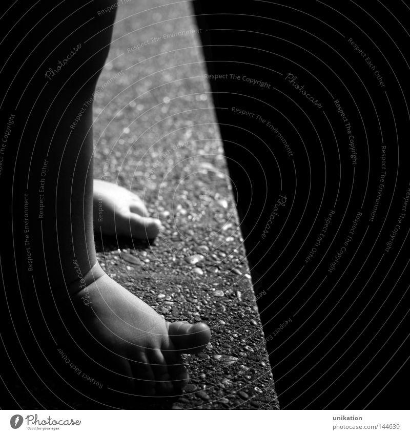 abgrundtief Zufriedenheit Kind Kleinkind Beine Fuß Zehen Mauer Wand Stein fallen stehen hoch niedlich oben unten schwarz selbstbewußt Vertrauen Sicherheit Angst