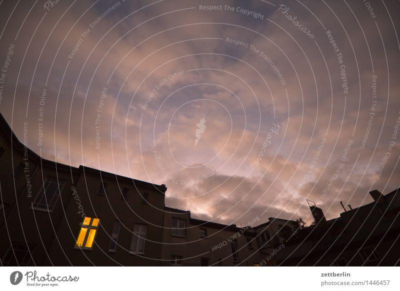 Fenster Fensterkreuz Licht erleuchten Abend Dämmerung dunkel Wolken Sonnenuntergang Stadt Häusliches Leben Wohngebiet Wohnhaus Mehrfamilienhaus Schöneberg