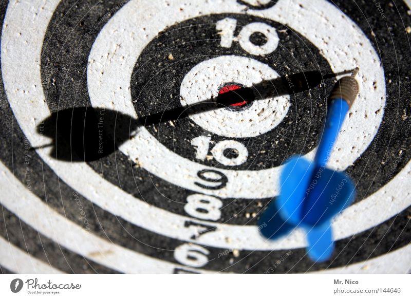In and Out Darts Diskus Dartscheibe Spielen rund vergangen Kreis 10 9 8 7 6 Treffer Volltreffer schwarz weiß Dartpfeil Mitte sehr wenige Lücke Erfolg Verlierer