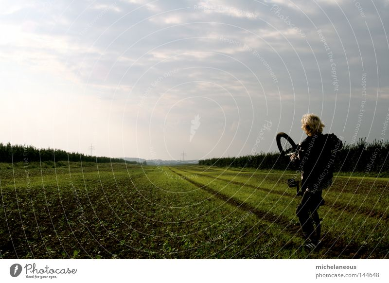 Fahr nicht zu weit raus, Junge! Jugendliche Sommer Freude Ferne Spielen Horizont Feld Fahrrad Zukunft Sehnsucht verloren