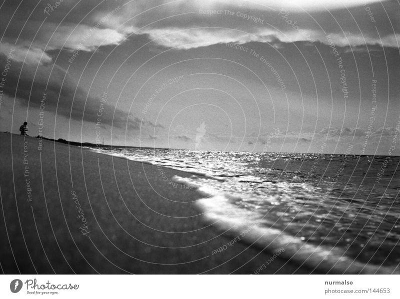 Sonntagmorgen Spaziergang Mensch Wasser Ferien & Urlaub & Reisen Sommer Meer Strand Wolken Spielen Gefühle Wege & Pfade Sand See Fuß Stimmung Wasserfahrzeug Wellen