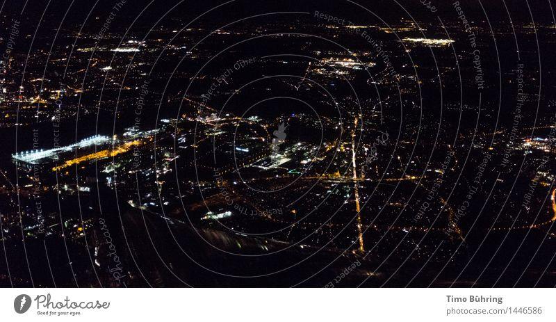 Luftaufnahme bei Nacht Stadt Haus dunkel Straße Architektur Gebäude Hochhaus Flugzeug Straßenbeleuchtung Fabrik Skyline Bankgebäude Hauptstadt Stadtzentrum