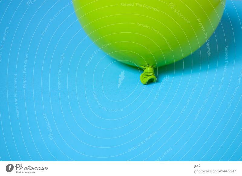 Grün auf Blau blau grün Farbe Freude Feste & Feiern fliegen Party frisch Dekoration & Verzierung Geburtstag Fröhlichkeit ästhetisch einfach rund Luftballon
