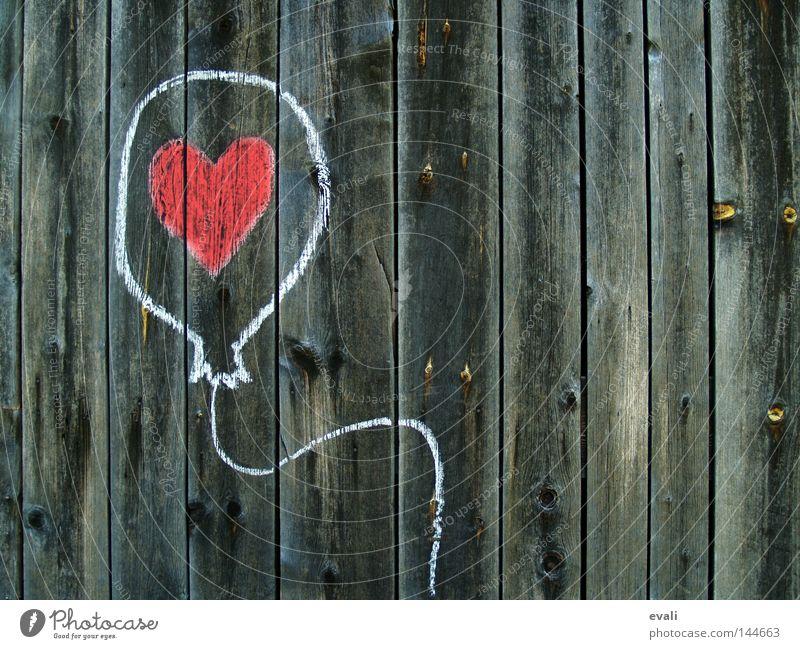 Loved Luftballon Holz Herz Liebe zeichnen rot weiß Holzmehl balloon heart red white Kreide Farbfoto