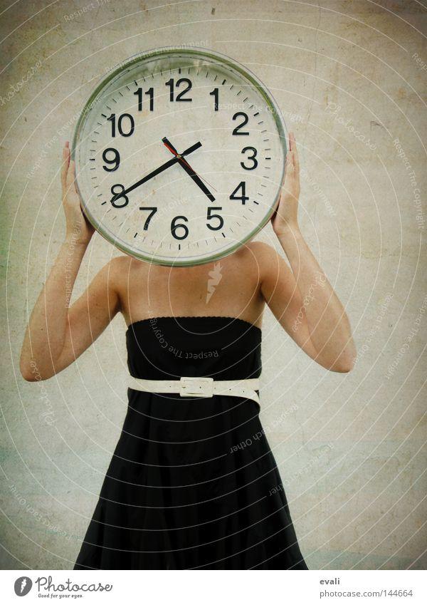 Impatient Uhr Frau Erwachsene Bekleidung Kleid Gürtel warten schwarz weiß Termin & Datum Zeit Meerstraße clock black white Ungeduld impatient time wait Farbfoto